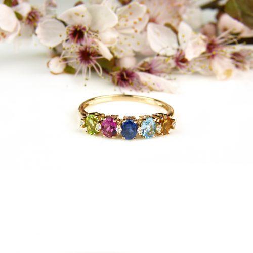 ring in roos goud gezet met gekleurde halfedelstenen en diamant
