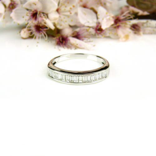ring in wit goud gezet met diamant bagetten