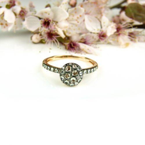 ring in roos goud gezet met groene saffier
