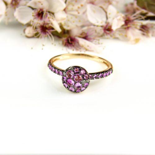 ring in roos goud gezet met roze saffier