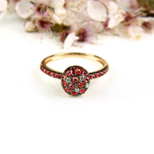 ring in roos goud gezet met rode saffier