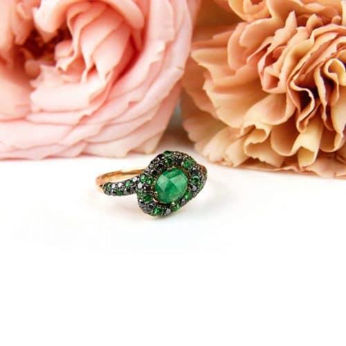 Ring in roos goud gezet met smaragd en zwarte diamant