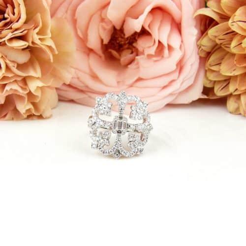 Brede wit gouden ring gezet met diamanten