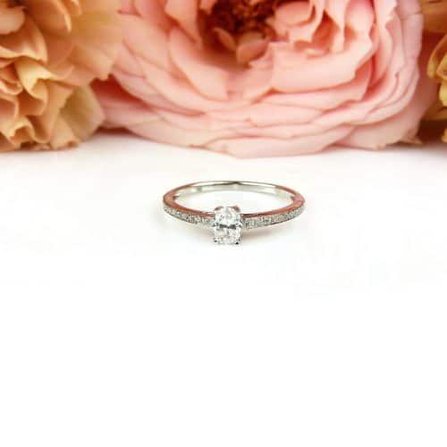 Wit gouden ring solitair gezet met diamanten