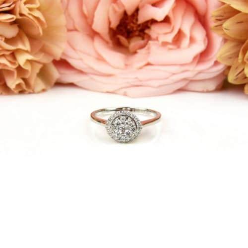Wit gouden ring gezet met diamanten
