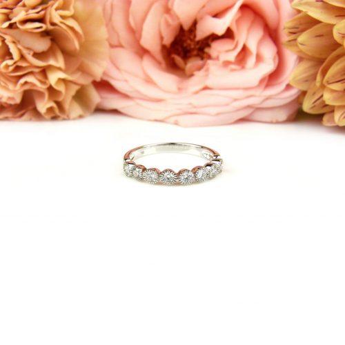 Fijne ring in wit goud gezet met diamanten