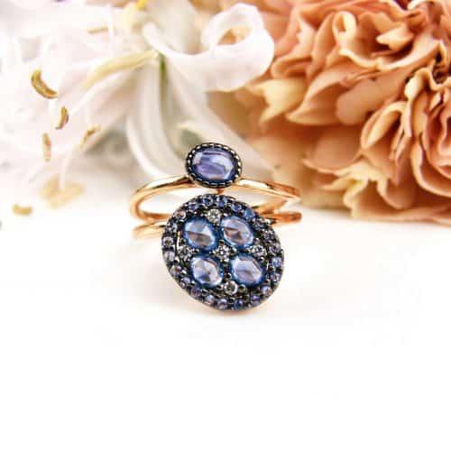 Ring in roos goud gezet met blauwe saffieren en diamant