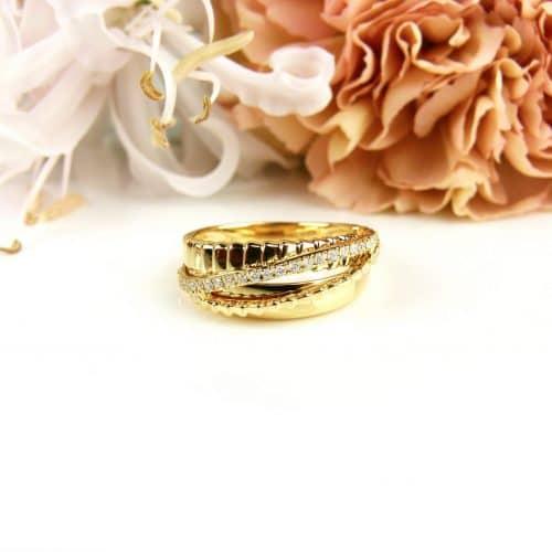ring in geel goud gezet met diamanten