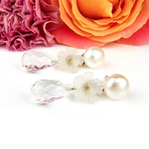 oorringen in wit goud met parel, matte bloem in bergkristal en druppel in bergkristal gefacetteerd