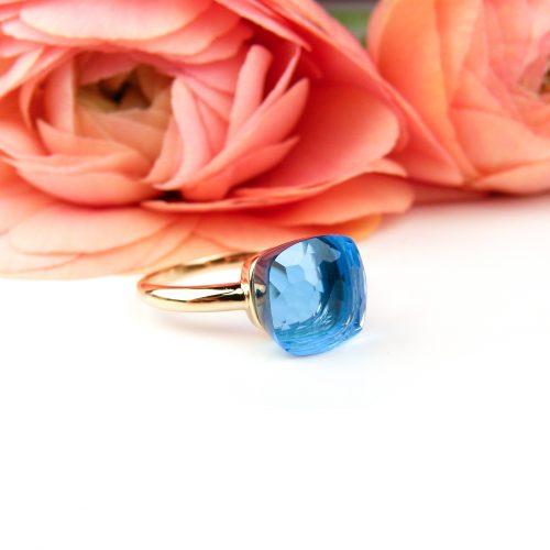 ring in roos goud gezet met blauwe topaas